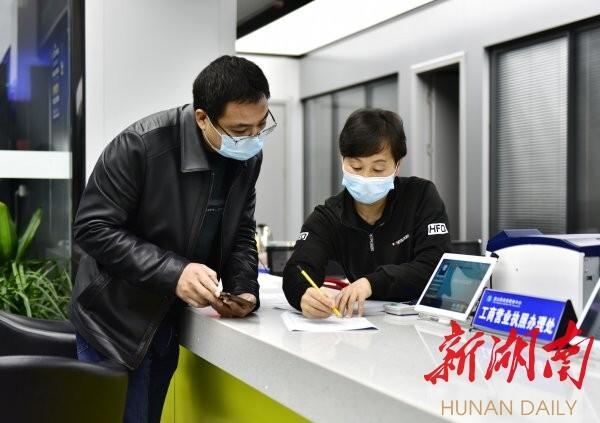 2月14日,蓝山县政务服务中心,工作人员在为办事群众讲解网上办事流程。杨雄春 摄