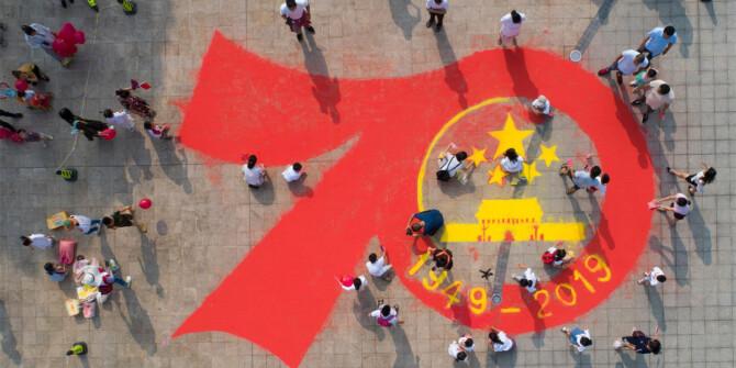 快看!市民在桃花岭公园绘制巨型沙画礼赞祖国