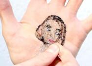 艺术家手掌上缝亲友肖像