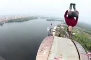男子百米高桥顶演后空翻