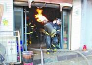 消防员抱走喷火煤气罐
