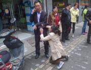 女小偷行窃被抓跪求受害者别报警