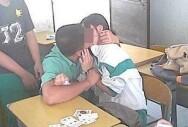 学生高调接吻无惧场合