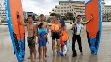 7名游客溺水深海,2名小伙紧急用桨板救援,成功搭救6人