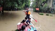 战洪水,2为小伙用桨板救援40名受灾群众