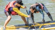 """百余名桨板爱好者在武汉东湖水上""""斗板"""""""