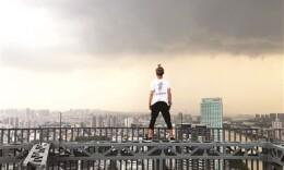 吴永宁被称寒门孝子:坠亡前拍8万元视频 把母亲看很重