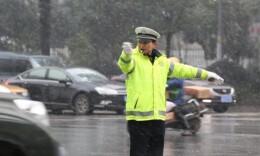 恶劣天气 长沙交警力保交通安全有序