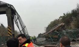突发!成渝高速跨线天桥被撞垮 成都至重庆方向断道