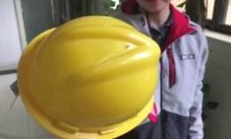 这种安全帽低至4元一顶,女记者测试一碰撞就破裂