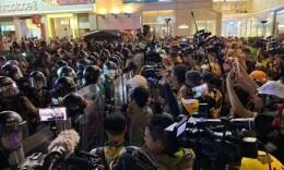 """港媒揭秘:帮助暴徒的""""香港记者?#20445;?#35777;件就是这么来的"""