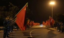 音樂響起時,淚目!閱兵散場后戰旗送戰車