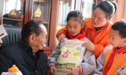 太可爱了!长沙小学生为袁隆平送上亲手种的大米