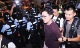 大快人心!港独分子陈浩天涉嫌袭警 申请撤宵禁令被拒