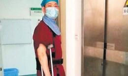 长沙一医生脚打石膏 身穿15公斤重铅衣上手术台