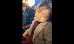 超萌!小女孩被掌声惊醒 边打瞌睡边拍手