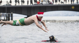 不惧严寒!实拍欧洲圣诞冬泳比赛