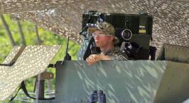 美国士兵墨西哥边境巡逻 荷枪实弹严阵以待