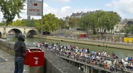 """原来巴黎也有这么多人""""随地小便"""""""