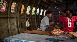探访泰国低收入者的生活:飞机墓地为家