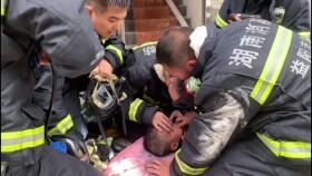 火場里救出2歲男童,消防員叔叔跪地為他人工呼吸