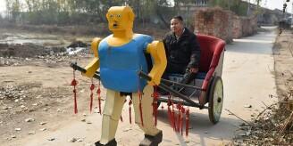 北京农民造63个机器人 个个有绝活