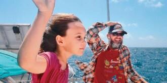 11岁女孩随父母驾航游世界8年