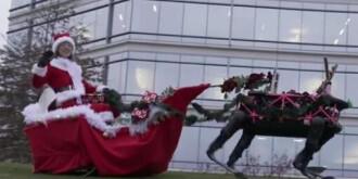 很难看!美军用大狗机器人扮圣诞驯鹿