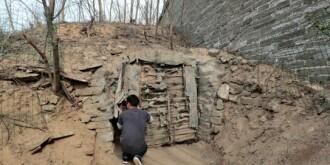 老汉住80米深停尸洞20年 自己清理尸体