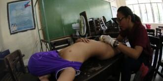 菲律宾300名男孩接受集体割礼 画面残忍