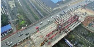 跨铁路桥全面合龙