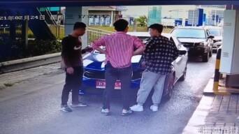 三男子在高速入口拦车!抢劫?讨债?