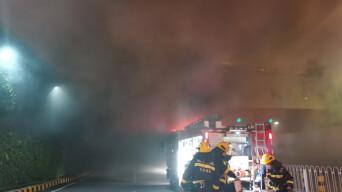 年嘉湖隧道内小车深夜自燃,48名消防员紧急处险