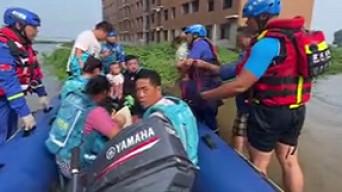 """湖南省红十字蓝天救援队""""水上蛟龙""""转移群众632人"""