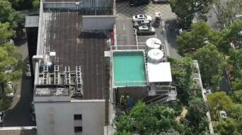 太吓人!9层楼顶建露天泳池,储水量达40吨