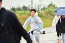 海报丨雨水、泥泞阻挡不了毅行者向前的脚步