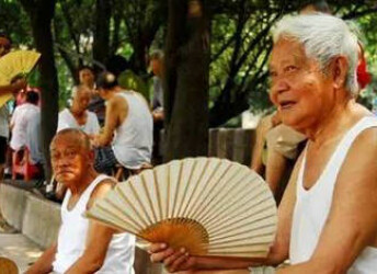 中国老男人为什么爱穿白背心