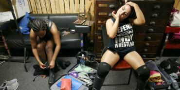 谁说女子不如男 职业女摔角选手的台前幕后