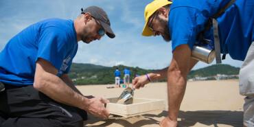 西班牙志愿者清理海灘 慶祝世界海洋日