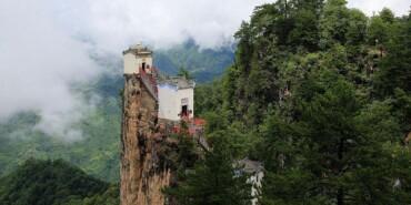 孤悬绝壁400年 世界上最险要的房子在中国