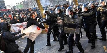 法国多个城市爆发反暴力执法游行