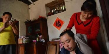 夫妻照顾残疾邻居十余年 两家变一家