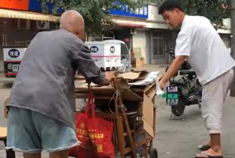 107岁爷爷冒暑推车 卖鞋垫捡纸壳