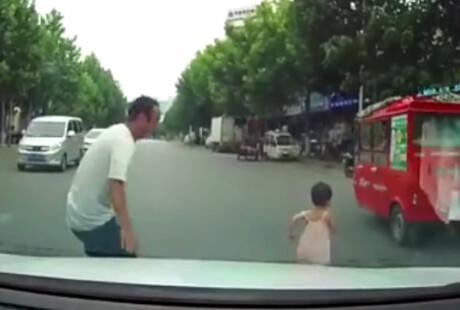 """""""小孩过马路""""的视频合集 值得所有家长警惕"""