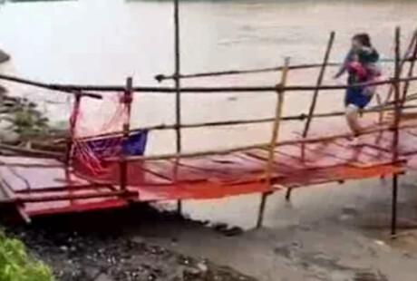 桂林:水灾刚刚跑下桥 简易桥就塌了