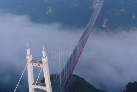 汽车穿梭云上,湖南矮寨悬索桥美翻天