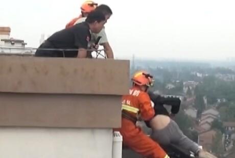 惊险!消防员3秒拽回轻生女