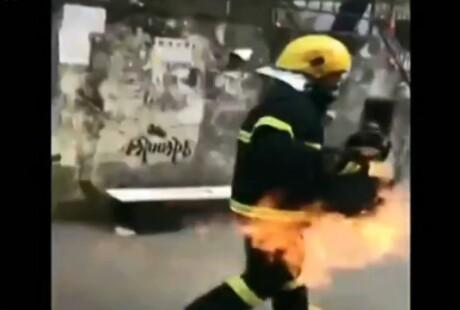 消防战士手拎喷火煤气罐