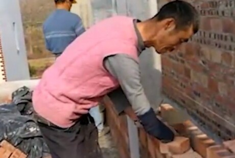 湖南宁远五旬独臂农民工 每日砌砖十小时供孙女读书