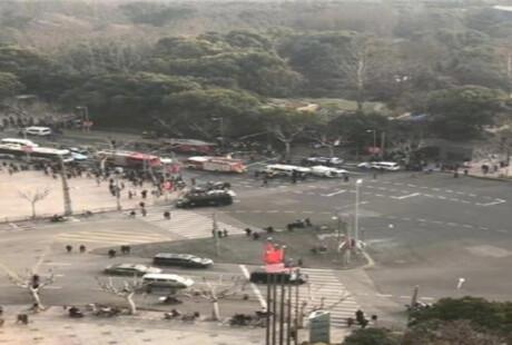 突发:上海一车辆冲上人行道撞到行人起火